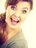 欢呼为图片的微笑的女孩 免版税库存图片