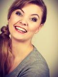 欢呼为图片的微笑的女孩 免版税图库摄影