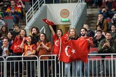 欢呼他们的队的队土耳其的爱好者 免版税库存图片