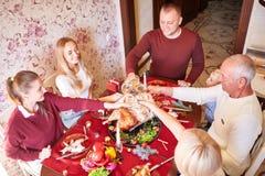 欢呼和喝在被弄脏的背景的感恩的家庭 会集概念的家庭假日 图库摄影