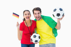 欢呼和微笑对照相机的足球迷夫妇 库存照片