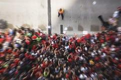 欢呼在游行期间庆祝芝加哥黑鹰队的史丹利杯胜利- 2010年6月11日的爱好者人群的行动迷离 免版税库存图片
