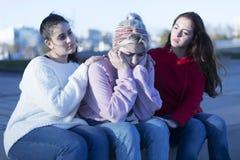欢呼年轻沮丧的女孩的两个朋友户外 免版税库存照片