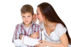 欢呼愉快的妈咪哀伤的儿子年轻人 免版税库存照片