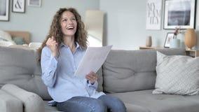 欢呼激动的卷发的妇女,当读新的合同时 股票视频