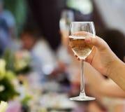 欢呼用香槟和酒的人们 免版税库存图片