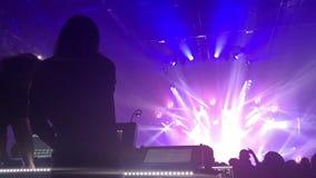欢呼的人群用在空气的手在音乐节 影视素材