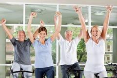 欢呼的健身组前辈 免版税库存图片