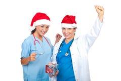 欢呼的医生帽子圣诞老人二妇女 库存照片