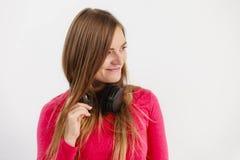 欢呼的女孩佩带的耳机 库存图片