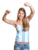 欢呼的女性阿根廷足球迷 免版税库存图片