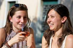 欢呼的寒冷喝新二名的妇女 库存照片