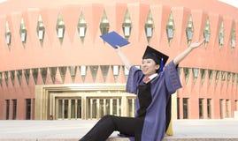 欢呼的毕业生 免版税库存照片