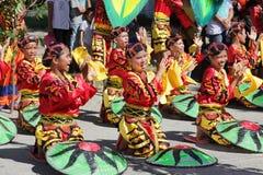 欢呼的舞蹈组部族的菲律宾 库存图片