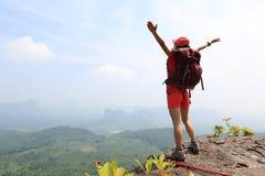 欢呼的年轻亚裔妇女远足者张开胳膊 免版税图库摄影