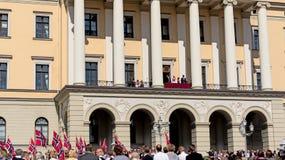 欢呼皇家的挪威宪法天人群 免版税图库摄影