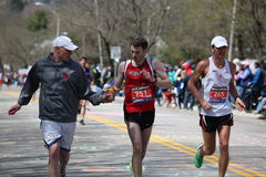 欢呼鼓励风扇赛跑者 免版税库存照片
