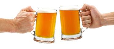 欢呼,在白色隔绝的两个玻璃啤酒杯 免版税库存照片