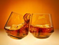 欢呼! 威士忌酒玻璃 库存照片
