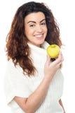 欢悦妇女用苹果在手中 库存图片