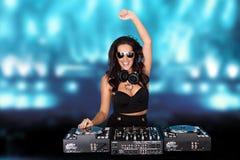 欢腾的性感的女性音乐节目主持人 免版税库存照片