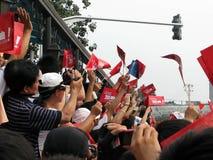 欢迎人群举着与口号的旗子2008年北京的 免版税库存照片