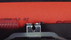 欢迎到在一台老葡萄酒打字机-键入的我的页 打印在红色纸 红色纸被插入入 影视素材