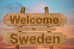 欢迎到在木背景的瑞典标志 免版税库存图片