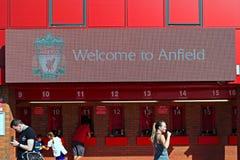 欢迎到安菲尔德标志和人买的票在利物浦橄榄球俱乐部体育场 利物浦 库存照片
