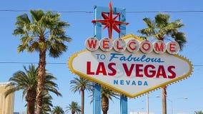 欢迎到拉斯维加斯标志在一个明亮的晴天 股票录像