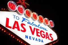 欢迎到拉斯维加斯标志在晚上 免版税图库摄影