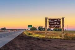 欢迎到沿跨境I-76的五颜六色的科罗拉多路牌 库存图片