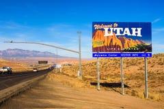 欢迎到犹他沿跨境I-15的状态标志 图库摄影