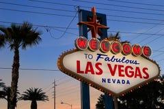欢迎到美妙的拉斯维加斯标志在晚上,内华达 免版税库存照片