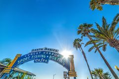 欢迎曲拱在圣塔蒙尼卡港口 免版税图库摄影