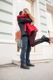 欣快年轻夫妇会议和拥抱在街道上 免版税库存图片