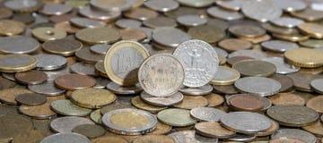 欧元、直率和美元在许多老硬币背景  免版税库存照片