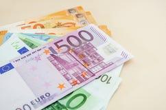 500欧元和其他钞票在桌,特写镜头上 免版税库存图片