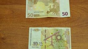 欧元和列弗的停止运动动画在木书桌上 股票录像