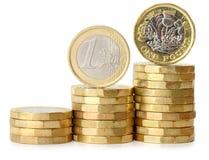 欧元对1英镑硬币图 免版税库存照片