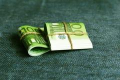 欧元是在卷的货币,一有名无实的一百欧元 免版税库存照片