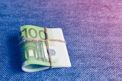 欧元是在卷的货币,一有名无实的一百欧元 免版税图库摄影