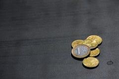 欧元硬币货币金钱Studentlife打破了分黑书桌 免版税库存图片