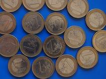 1欧元硬币,在蓝色的欧盟 图库摄影