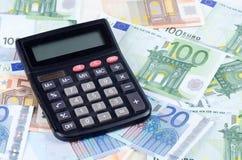 欧元钞票与计算器的 库存图片