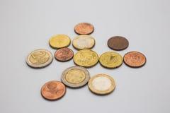 欧元钞票和硬币在白色背景-金钱,财政,挽救,成长概念 图库摄影