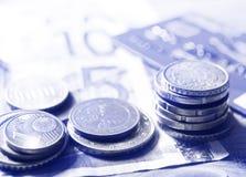 欧元钞票和零钱在书桌上 免版税库存图片