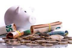 欧元钞票在另外位置白色硬币存钱罐卷起了和欧元硬币 库存图片
