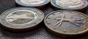 欧元铸造在黑暗的背景的特写镜头 免版税图库摄影