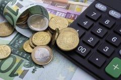 欧元(EUR)和计算器 到达天空的企业概念金黄回归键所有权 免版税库存图片